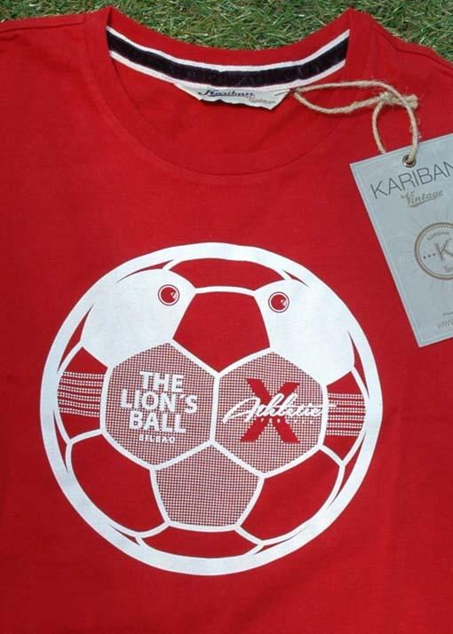 Camiseta roja de algodón de altísima calidad con serigrafía a dos colores. Serigrafía del Balón - león The lions ball